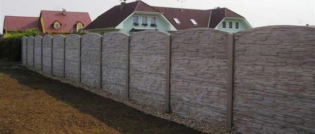 Betonové oplocení působivého vzhledu