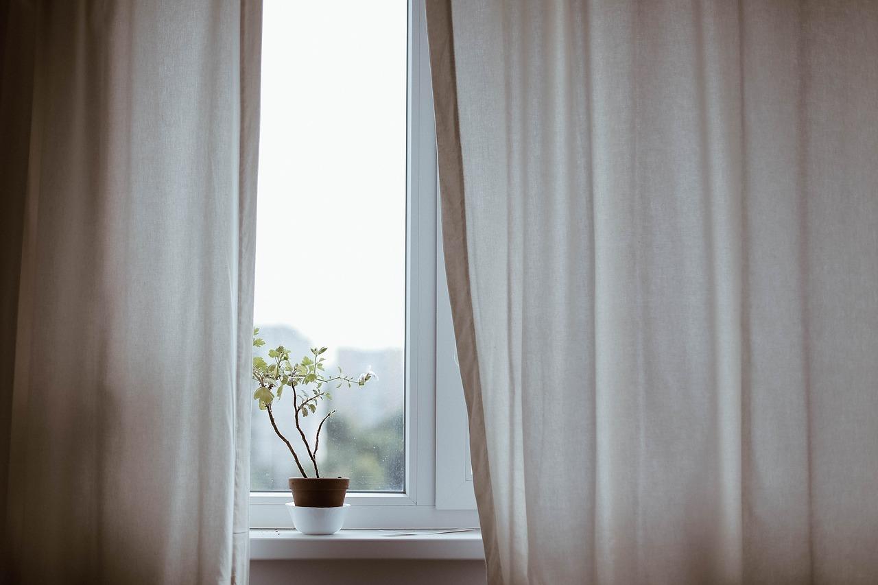 Záclony, žaluzie – jak jinak řešit zastínění oken?